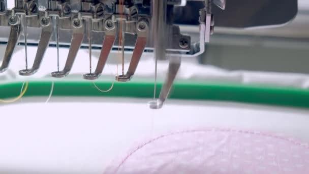Textil - professionelle und industrielle Stickmaschine. Maschinenstickerei ist ein Stickprozess, bei dem eine Nähmaschine oder Stickmaschine verwendet wird, um Muster auf Textilien zu erzeugen.