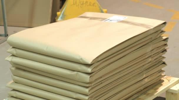 Munkavállalók a raktári csomagot az árut a papír szállítás előtt