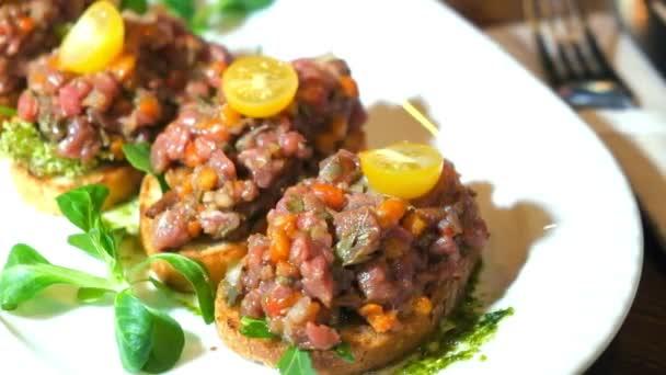 bruschetta, na plátky bageta s bazalkou