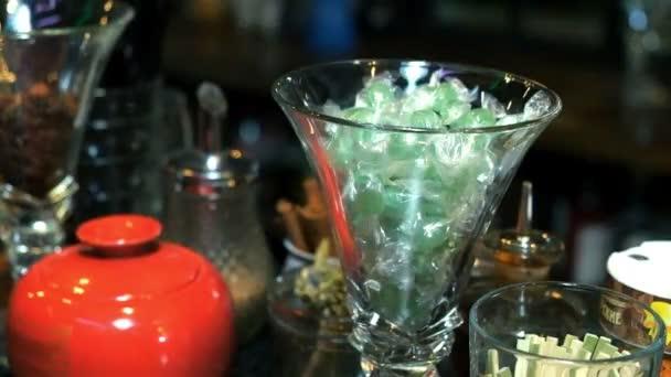 Cocktailglas auf dem Holztisch in der Bar. Zeitlupe