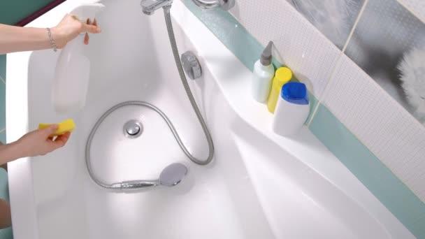 Egy nő tisztító fürdő otthon. Női mosó kád és csaptelep
