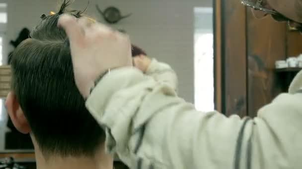 Fodrász csökkenti a haj, az ügyfél ollóval