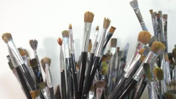 Egy sor, az ecsetek, a művészek stúdió