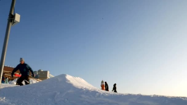 Video von Schnee Skipisten, Liftanlagen und Tal des Parks in der Wasatch. sonniger Tag mit Familien auf Skiern und Snowboards. farbenfrohe winterwarme Kleidung. Blick nach unten zum Resort.