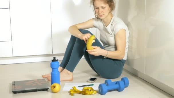 Štíhlá žena drží opatření na pozadí desky s ovocem a zeleninou, zdravého životního stylu