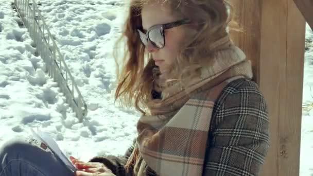 Una Mujer Joven Se Sienta En Una Terraza De Madera Silenciosamente Tocando El Plano De Papel De Origami Con Los Dedos Y Ponerla Sobre Sus Rodillas Muchacha Sentada Al Aire Libre Con El Avión De