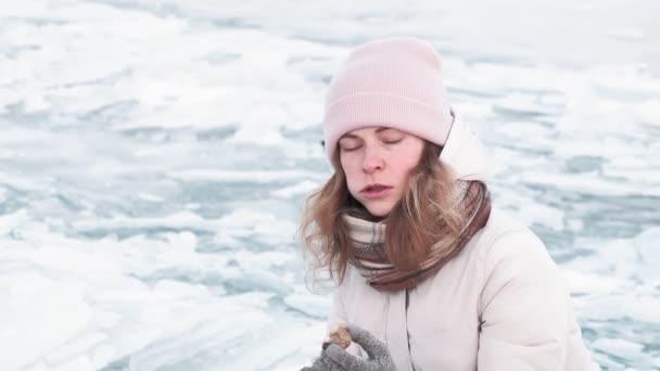 Lidé chodí po zamrzlé řece