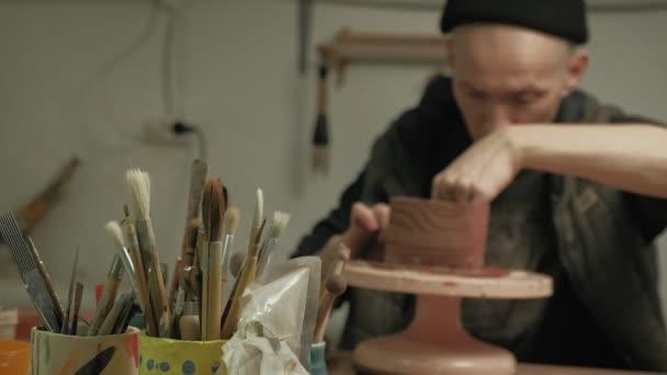 Keramiker arbeiten in der Werkstatt.