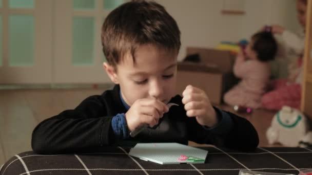 dítě si hraje s perleťovými korálky. jemný vývoj motoru