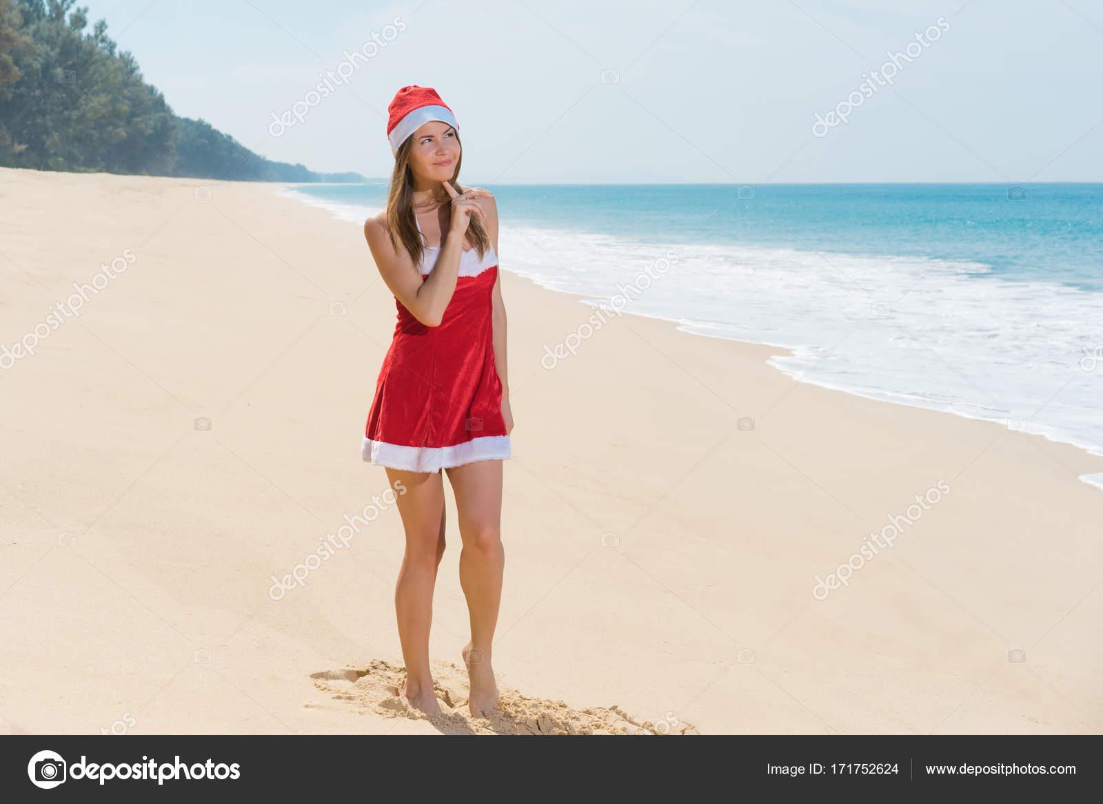 47da23bac335 Γυναίκα στα κόκκινα ρούχα για Χριστούγεννα στη θάλασσα παραλία όνειρα– εικόνα  αρχείου