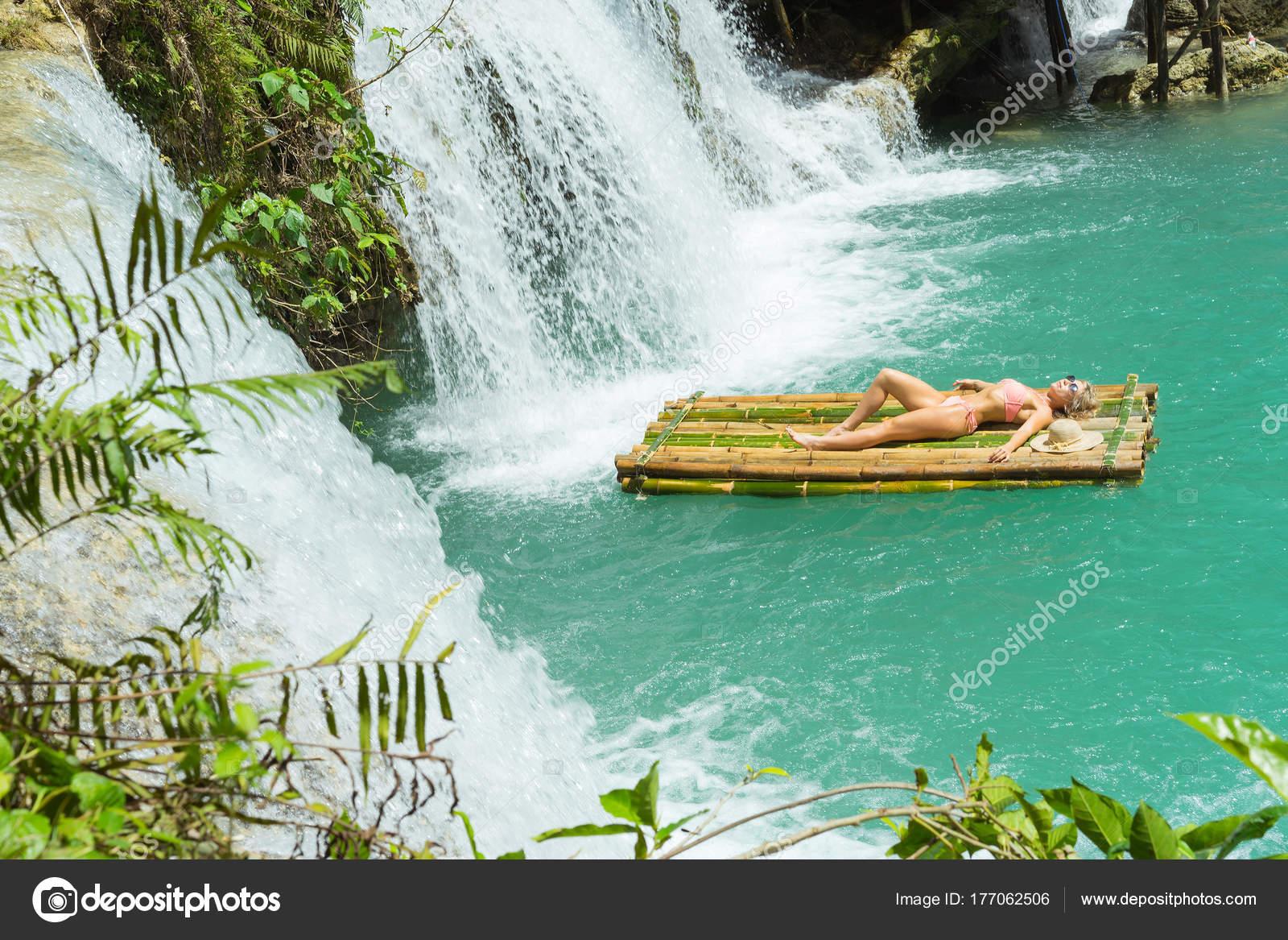 Frau Bikini Auf Bambus Floss Der Nahe Wasserfall Entspannen