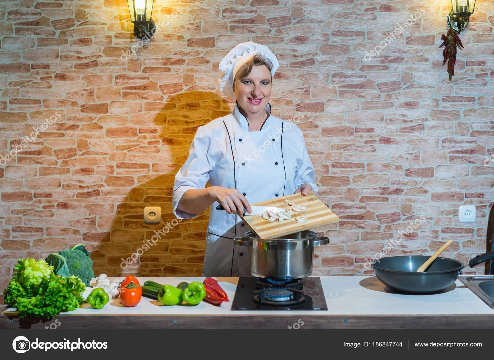 Glückliche Frau Uniform Auf Die Küche Kochen Koch — Stockfoto ...