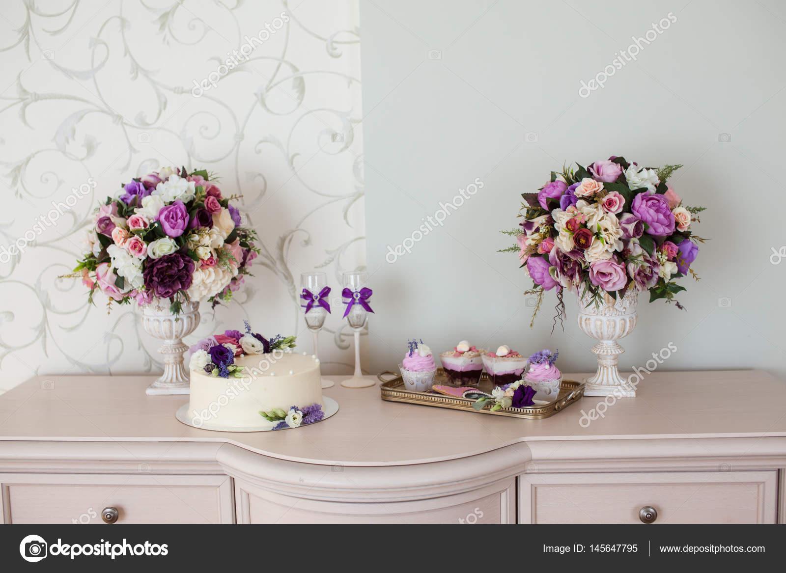 Dekoracje ślubne Bukiety Kwiatów I Ciasto Zdjęcie Stockowe