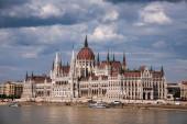 Budapest Parlament és Duna a drámai égbolt felett