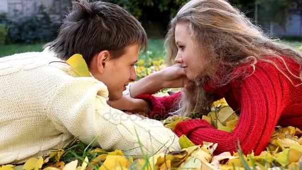 mladý pár na žluté listy