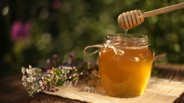 Delicious medu ve sklenici na stole