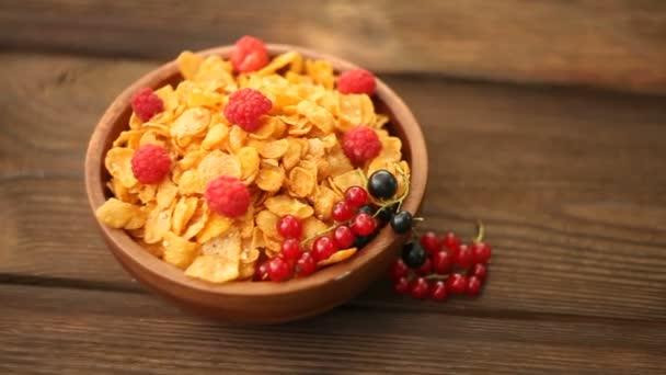 Snídaně kukuřičné lupínky s ovocem v dřevěné misce