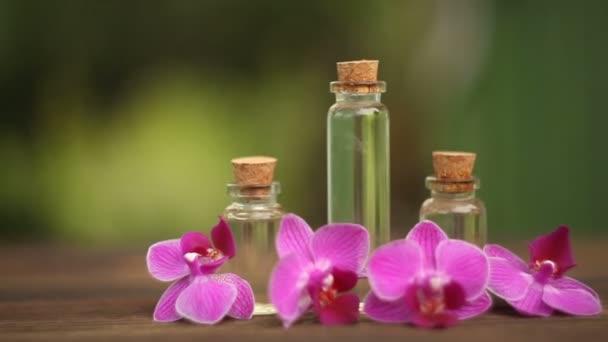 Podstatu květy orchidejí na stole v krásné skleněné nádoby
