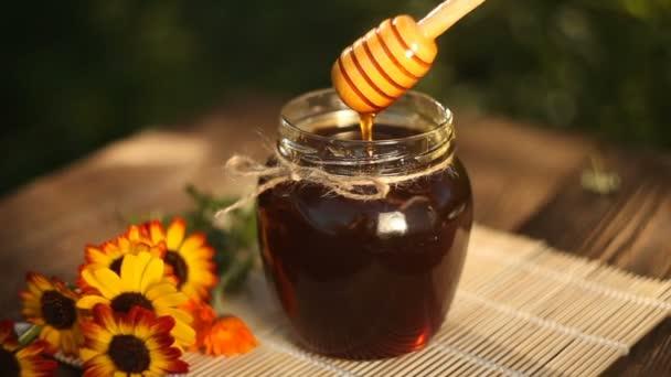 Lahodné lahodném medu ve sklenici na stole