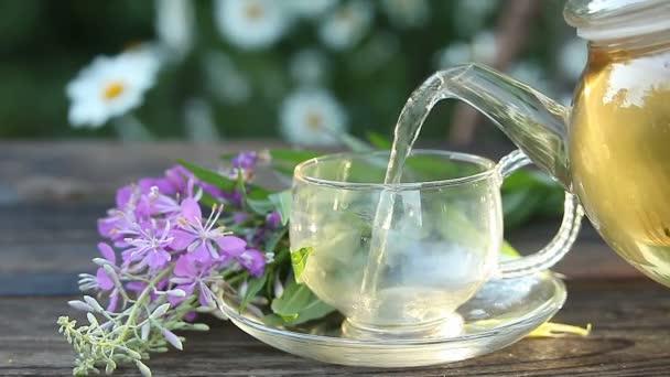 vynikající čaj z ohňostroje v krásné skleněné misce na stole