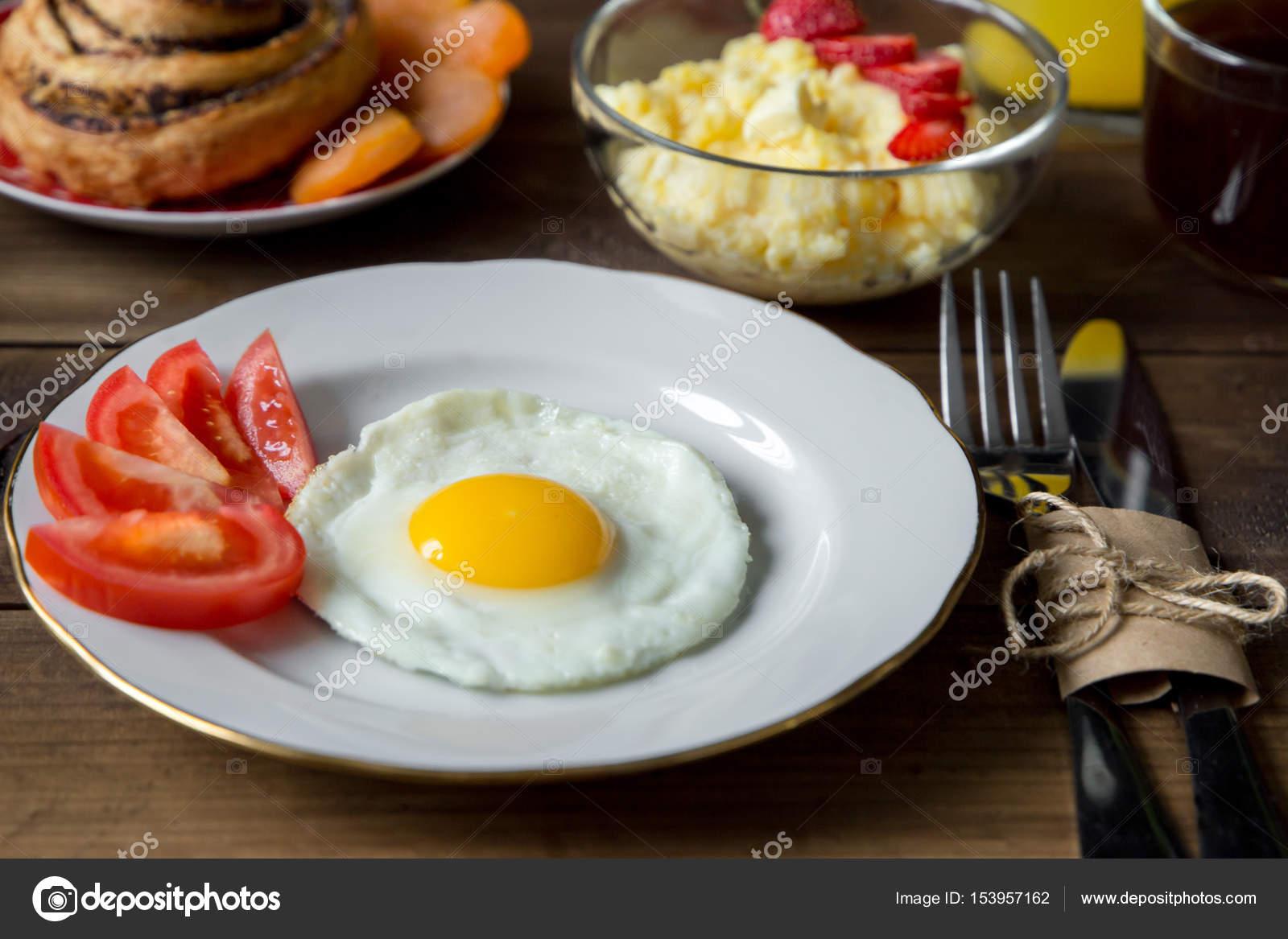 Delightful Frühstückstisch Mit Maisbrei, Spiegelei Und Saft Serviert U2014 Stockfoto