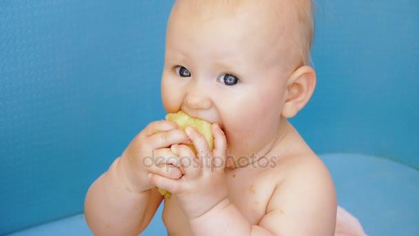 Dítě jí oloupané jablko držení v obou rukách