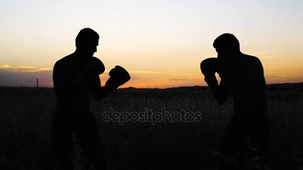 Boksz edzéseket a szabadban végzi