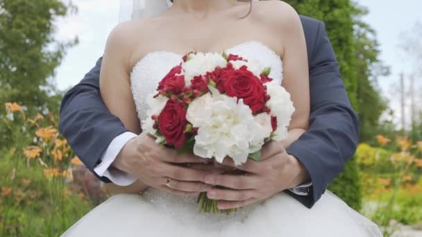 Nevěsta a ženich s konceptem svatební kytice