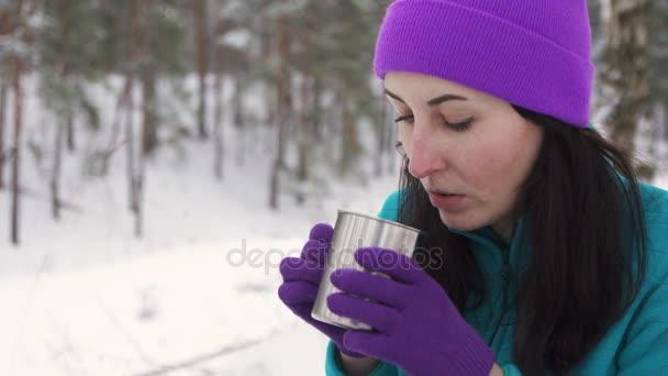 dívka v zimě v přírodě nápoje horký čaj z termosky