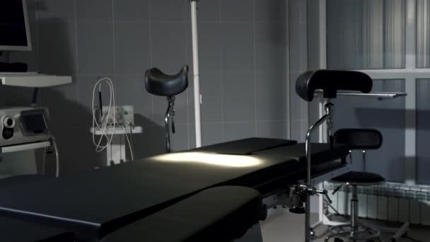 Operační stůl v moderní nemocnici zapnutí světel