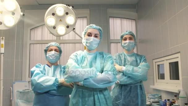 Krankenschwestern verschränken die Arme im Operationssaal