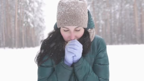 brunetka v zimním lese při pohledu na fotoaparát, sníh pomalé mo
