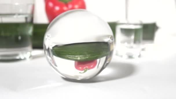 Reflexion in einem Glas Kugel Gemüse, Gurken und Paprika