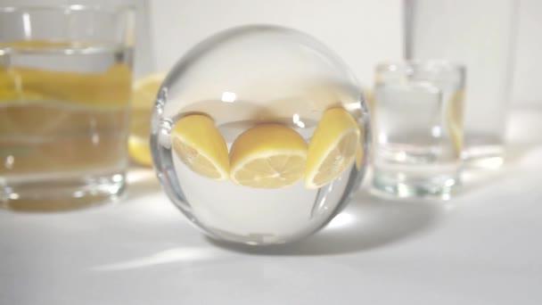 riflesso in un gufi di colore giallo della sfera di vetro tagliato limoni su fondo bianco