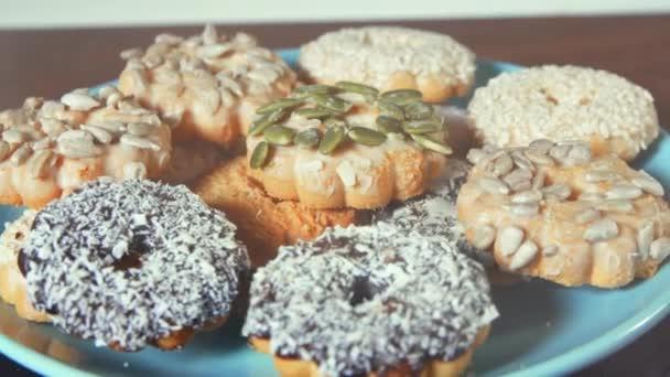 krásné sušenky s ořechy na tyrkysové desku, detail dřevěný stůl