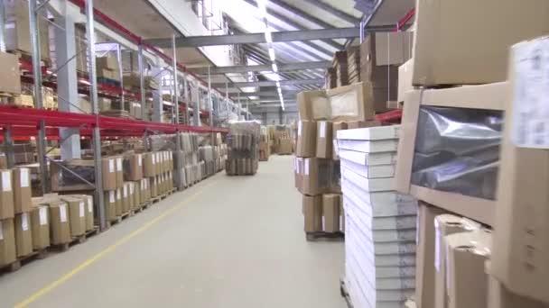 nagy kereskedelmi raktári polcok és dobozok