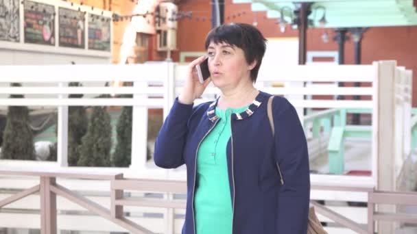 40 jaar en dan vrouw ouder dan 40 jaar praten over de telefoon stedelijk  40 jaar en dan