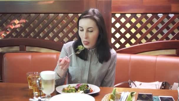 brunetka jíst Řecký salát