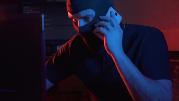 neznámý člověk v kukel komunikuje telefonicky