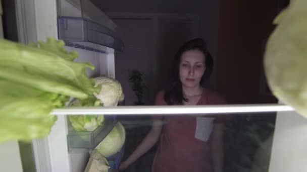 nespokojený dívka na dietě jíst salát v noci hlad