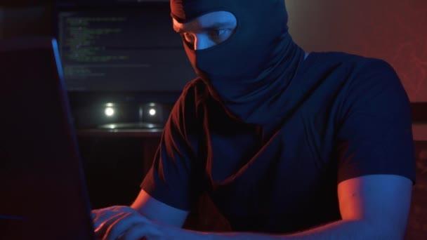 muž v kuklu, policejní útočit, počítačové trestné činnosti