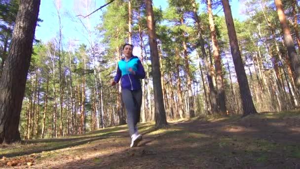 dívka se dostane na běh v lese, sportovní zranění