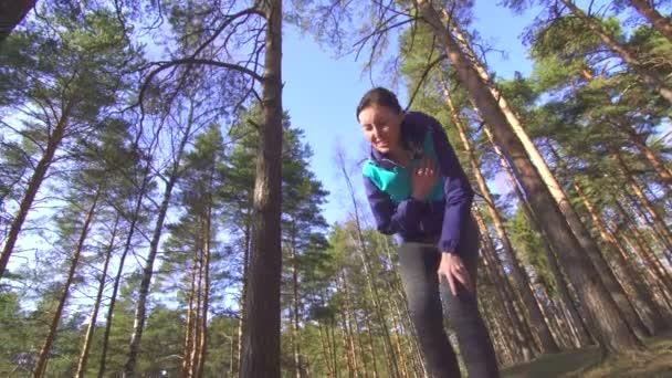 dívka bolest v srdci, zatímco běží venku v lese