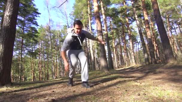 mužské nohy zranění, táhnoucí se na běh