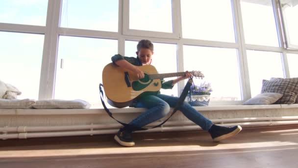 10 let stará dívka učí hrát na kytaru