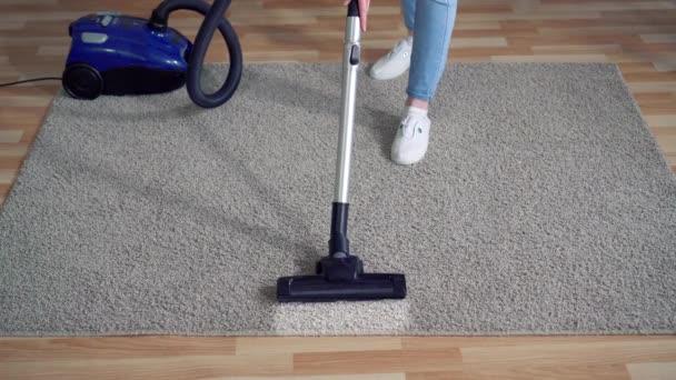 Staubsauger aus nächster Nähe reinigen schmutzigen Teppich