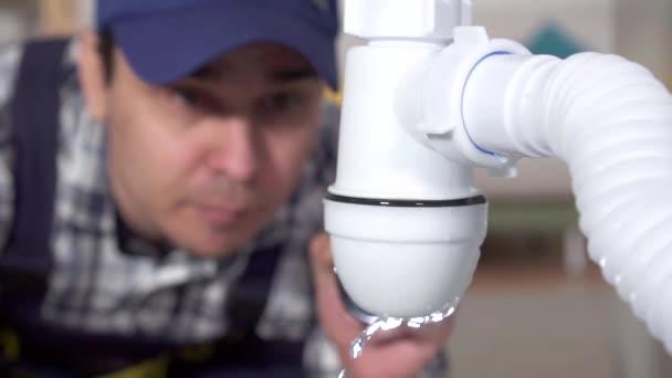 instalatér objevil problém úniku vody pomalé mo