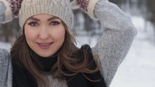 Ruční střela. Beauty Joyful Model Girl se směje a baví v zimním parku. Krásná mladá žena venku, užívající si přírody, zimní čas