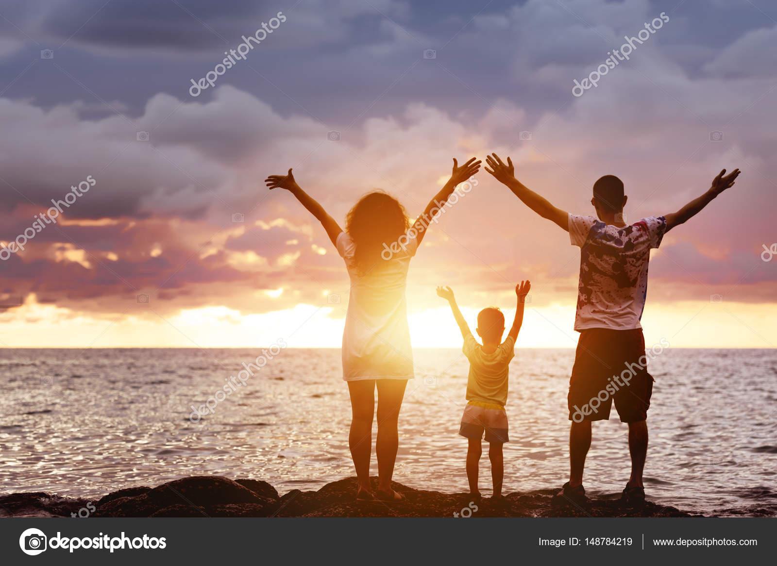 Glückliche Familie mit Sohn Grüße Sonnenuntergang und Meer ...