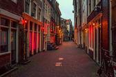 Fotografie Rotlichtviertel in Amsterdam, die Niederlande, Nachtansicht. Fenster und Türen, wo Prostituierte arbeiten
